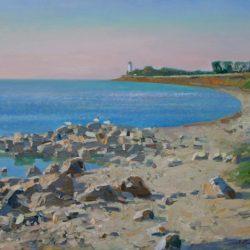 Синее море. Маяк. Каменистый берег. Легкая рябь воды
