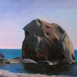 Большой камень. Утес. Ранние сумерки. Спокойное море