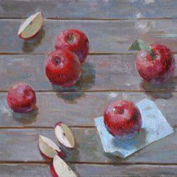 Красные спелый яблоки. Бумага. Деревянный пол. Доски