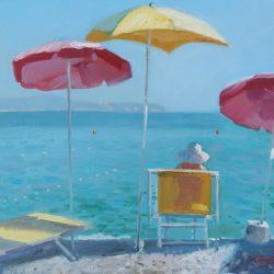 На море. Шезлонг. Пляжный зонт. Песочный пляж. Глубокое синее море
