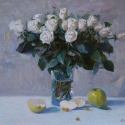 Букет белых роз. Зеленое яблоко. Букет в вазе