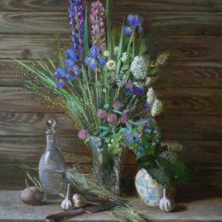 Букет из разных цветов. Полевые цветы. Стеклянная ваза. Фарфоровая ваза. Графин. Нож. Солома.
