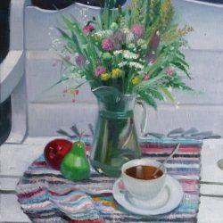 Лето в Белоруссии. Белая скамейка. Плетеный коврик. Стеклянный кувшин. Букет цветов. Спелые фрукты. Вкусный чай. Белая чашка и блюдце. Фарфоровая посуда.