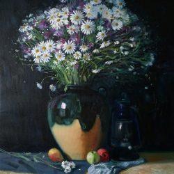 Красивая ваза. Букет ромашек. Керосиновая лампа. Яблоки. Полосатая ткань.