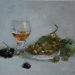 Коньяк. Зеленый и синий виноград. Зеленые спелые яблоки