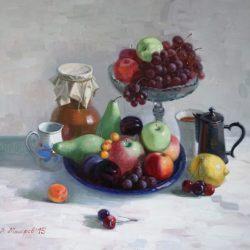 Спелые фрукты. Крынка. Стеклянная чаша. Кофейник. Белая скатерть